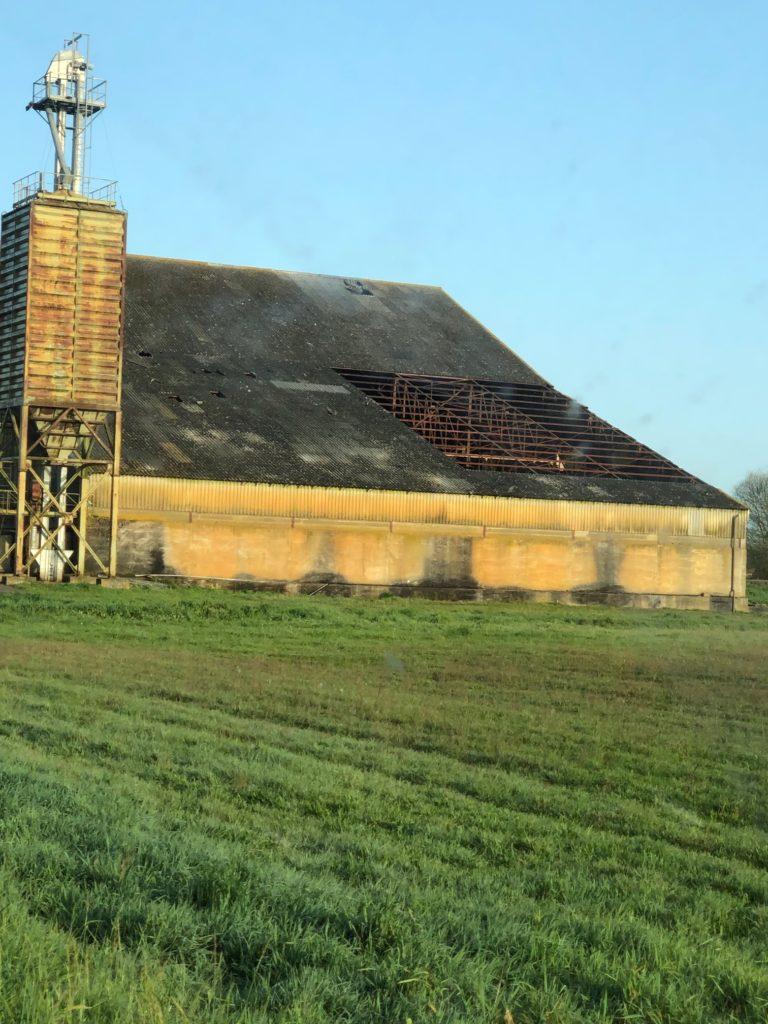 bâtiment agricole avant